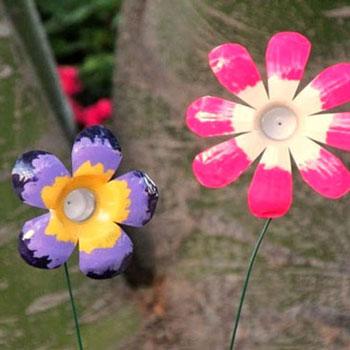 Színes tavaszi virágok műanyag palackokból