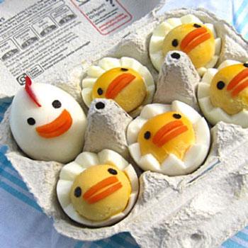 Tyúkanyó és csibéi főtt tojásokból - húsvéti előétel