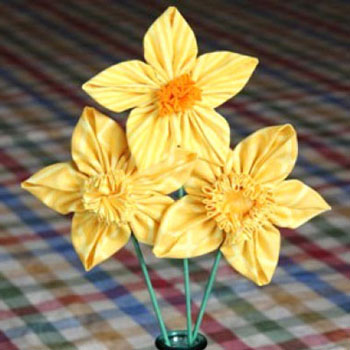 Tavaszi virágok textilből - textil nárciszok ( 3 különféle módon )