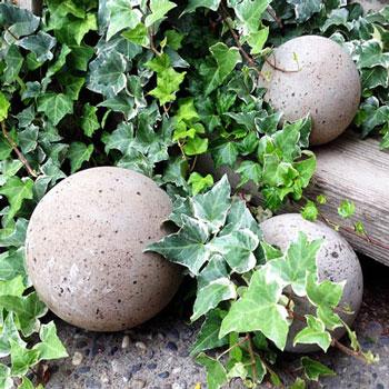 Kerti dekorációs beton gömbök készítése régi lámpabúrával