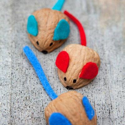 Adorable walnut mice - easy fall kids craft