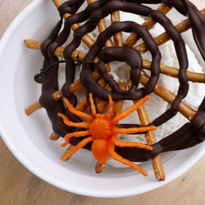 Fast and easy chocholate pretzel Halloween spider web treats