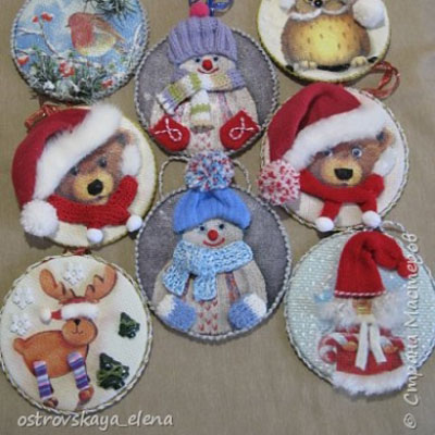 Gorgeous Christmas tree ornaments from CDs with decoupage