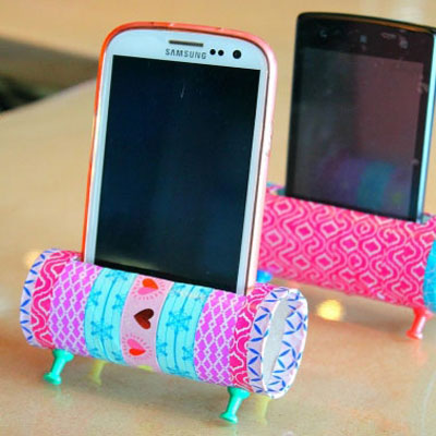 Easy DIY mobil phone stands from toilet paper rolls