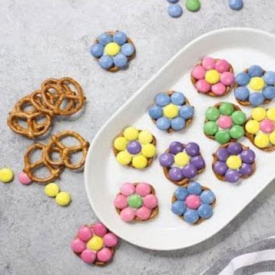 3 Ingredient easy pretzel flower bites - party snack