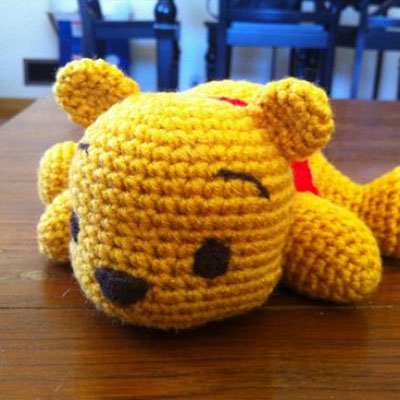 Adorable lying Winnie the Pooh bear amigurumi (free pattern)