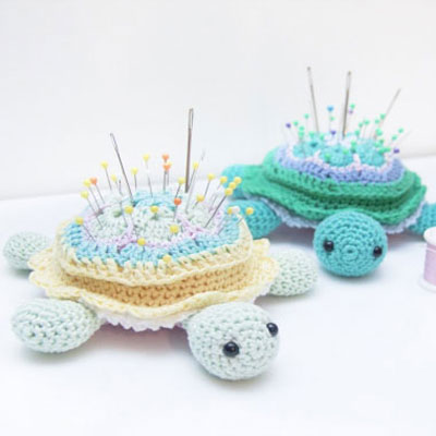 African flower turtle pincushion  (free amigurumi pattern)
