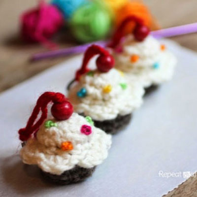 Free crochet cupcake keychain pattern