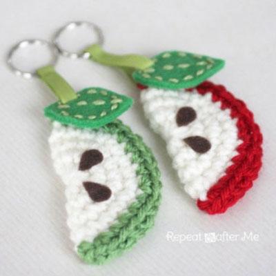 DIY crochet apple slice keychain (free crochet pattern)