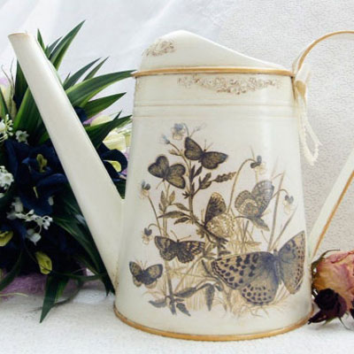 Tin watering can redo - autumn decor with decoupage