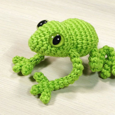 Green amigurumi frog (free crochet pattern)