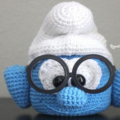 Crochet brainy smurf glasses holder (free amigurumi pattern)