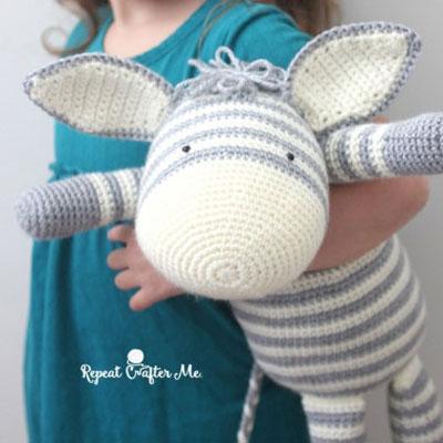 Free Crochet Zebra Pattern - thefriendlyredfox.com | 400x400
