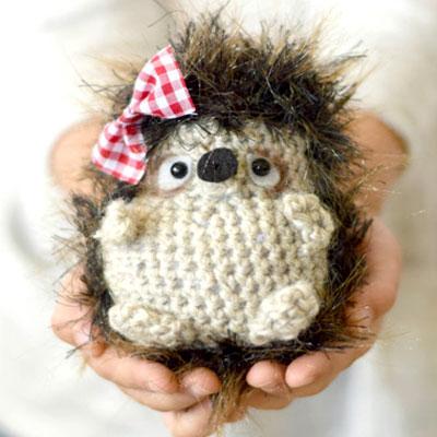 Amigurumi hedgehog with ribbon (free crochet pattern)
