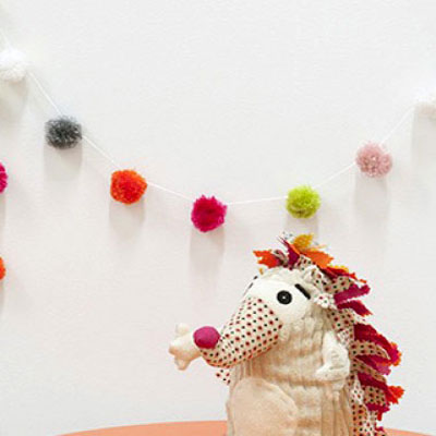 DIY Quick and easy pompom girland - yarn party decor