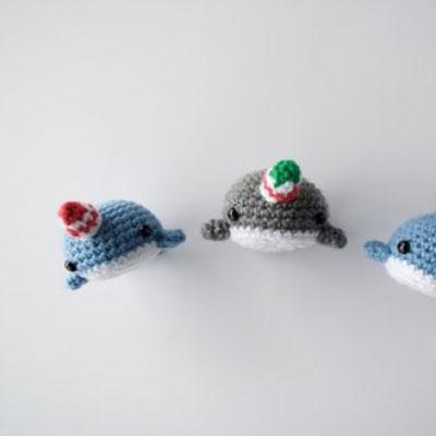 Miniature crochet Christmas narwhals (free crochet pattern)