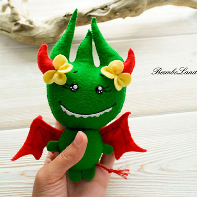 Little green felt monster (free sewing pattern)