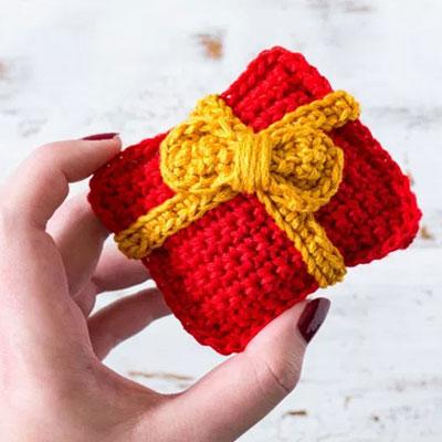 Small crochet Christmas present (free amigurumi pattern)