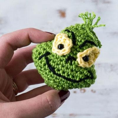Crochet Grinch Christmas tree ornament (free amigurumi pattern)