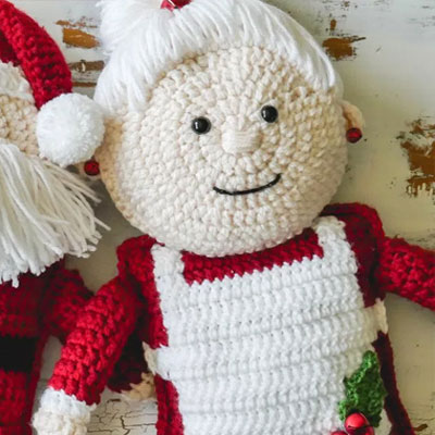 Crochet Mrs Claus doll pillow (free crochet pattern)
