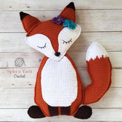 Sleepy fox crochet pillow - free crochet pattern