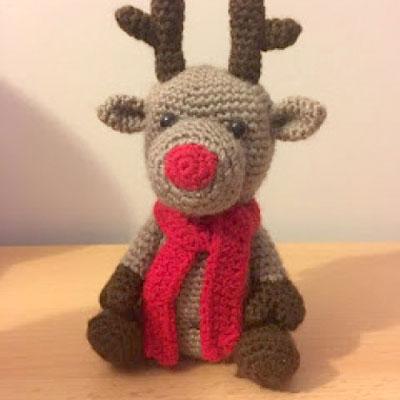 Crochet sitting Rudolph reindeer toy (free amigurumi pattern)