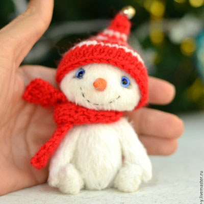 Miniature posable snowman toy (free sewing pattern)