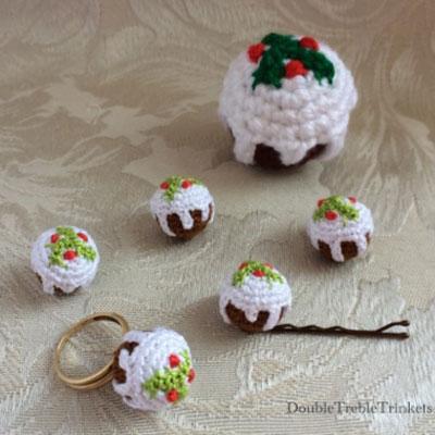 Christmas cake amigurumi keychain (free crochet pattern)