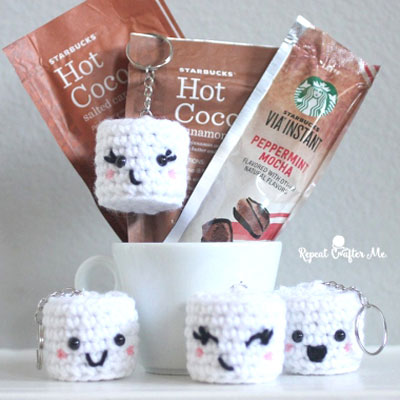 Adorable crochet marshmallow keychain (free pattern)