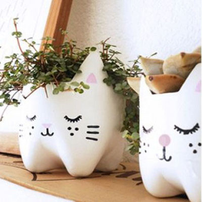 Adorable cat pot holder from plastic bottles