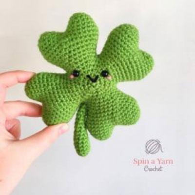 Amigurumi shamrock luck charm (free crochet pattern)