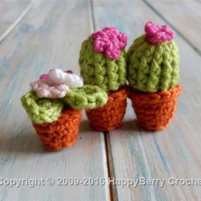 Miniature crochet (amigurumi) cactus - free pattern & video tutorial