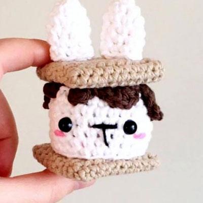 Little crochet s'mores bunny keychain (free amigurumi pattern)