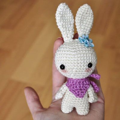 Little white crochet bunny with a scarf (free amigurumi pattern)
