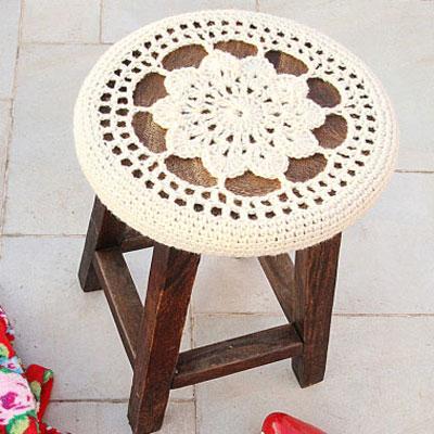 Free crocheted flower medallion stool cover pattern