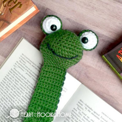 Crochet frog bookmark (free amigurumi pattern)