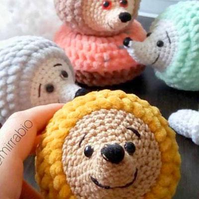 Little amigurumi hedgehogs (free crochet pattern & video tutorial)
