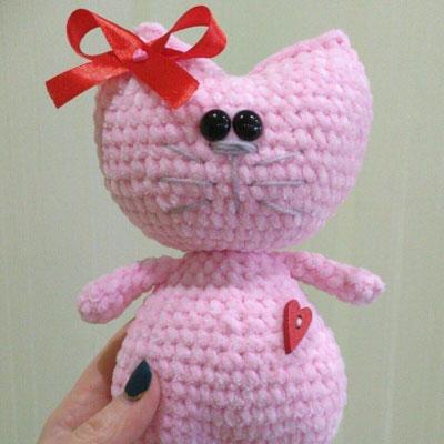 Easy little amigurumi cat with heart (free crochet pattern)
