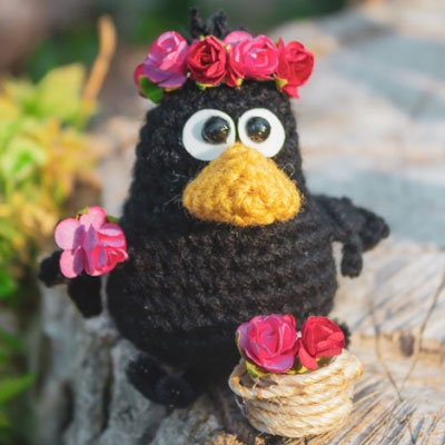 Little amigurumi crow keychain (free crochet pattern)