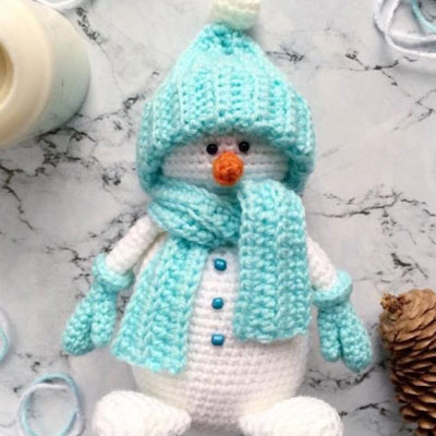 Amigurumi snowman in winter clothes (free crochet pattern & video tutorial)