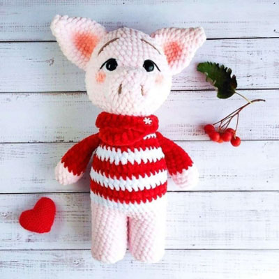 Amigurumi pig in red stripey sweater (free crochet pattern)