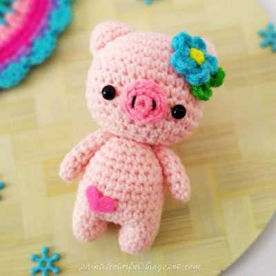 Little amigurumi pig with flowers - free crochet pattern