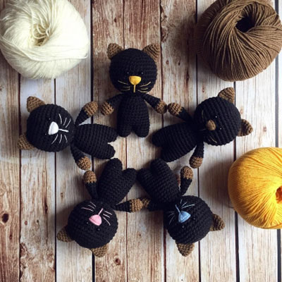Little black amigurumi cat keychain (free crochet pattern)