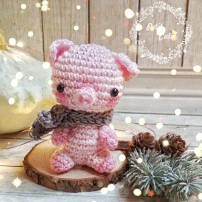 Mini amigurumi pig in scarf (free crochet pattern)