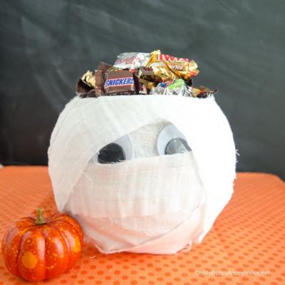 DIY Mummy candy bowl from a fish bowl (Halloween decor)