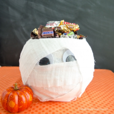 DIY Mummy candy bowl from a fish bowl (Halloween decor)