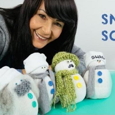 Simple DIY sock snowmen  - adorable winter decor