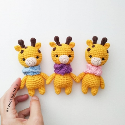 Tiny amigurumi giraffe with scarf (free amigurumi pattern)