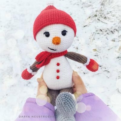 Amigurumi snowman in hat and scarf (free amigurumi pattern)