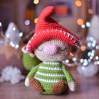 How to crochet a gnome- free video tutorial for a crochet gnome | 400x400